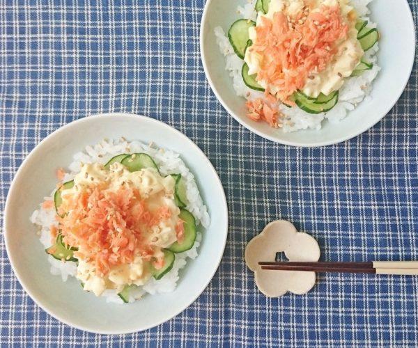 お手軽フレークで簡単!「鮭のタルタル丼」