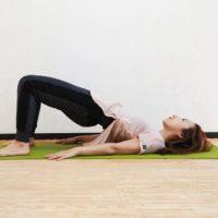 【毎朝1分】寝たままできる!ヒップとお腹に効く「腹筋+橋のポーズ」アレンジトレーニング