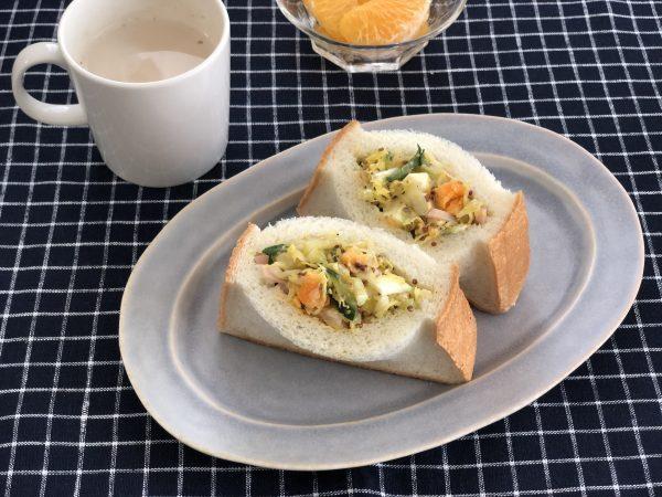 片手でたっぷり野菜が食べられる!簡単「ポケットサラダパン」 by料理家 齋藤菜々子さん