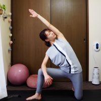 呼吸で頭がシャキッ!お腹まわりにも効く体幹トレーニング「体側を伸ばすポーズ」