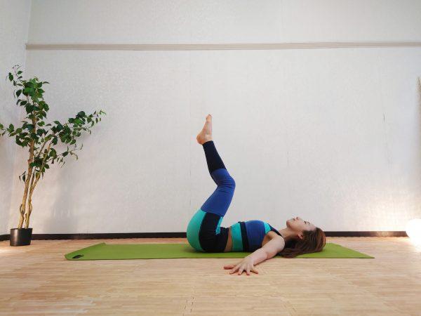 【毎朝1分】寝起きすぐOK◎くびれを作る「回転のポーズ」アレンジトレーニング