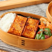肉・魚なしでも満足!簡単「厚揚げの蒲焼き風」「ちくわと野菜の梅おかか」2品弁当