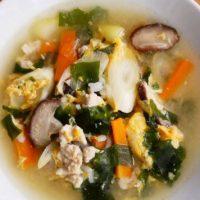 冷蔵庫の残り野菜をさっと煮るだけ!簡単「野菜とわかめのクッパ」