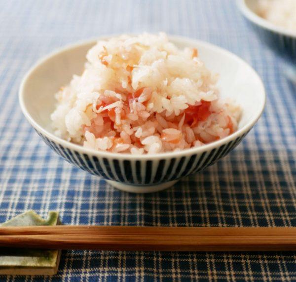 材料3つをお米にのせて炊くだけ「梅の炊き込みごはん」