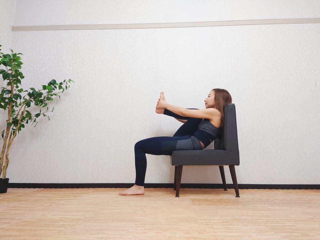 梅雨のむくみ対策!座ったまま簡単「椅子ヨガストレッチ」