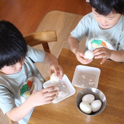 ゆで卵をむくお子さんたち