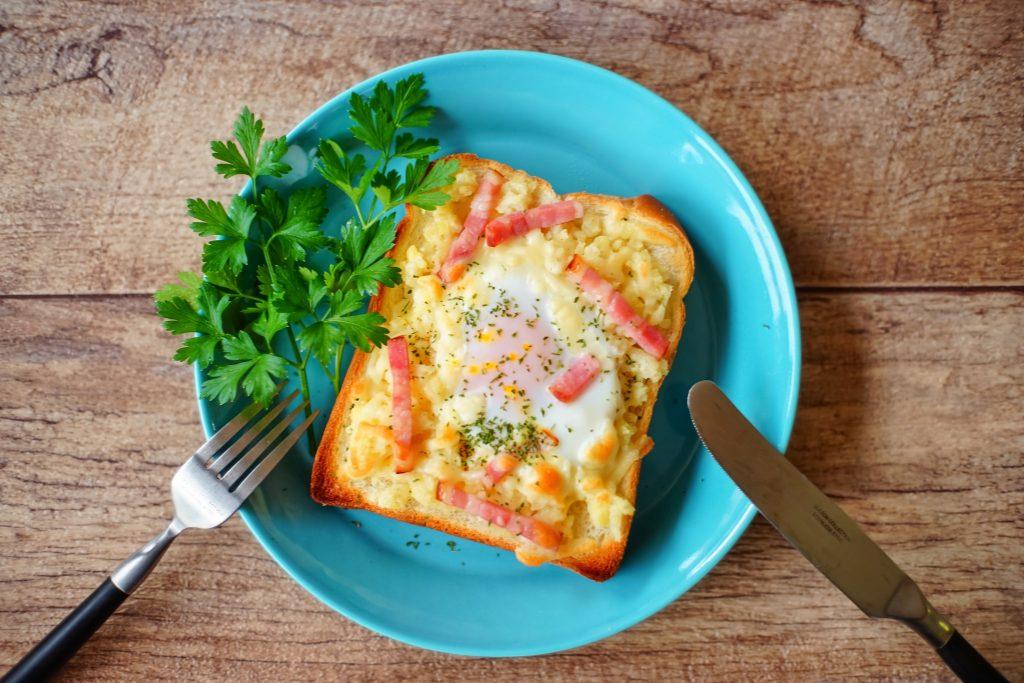 半熟卵がトロ~リ♪3つの素材を味わう「ごちそうトースト」