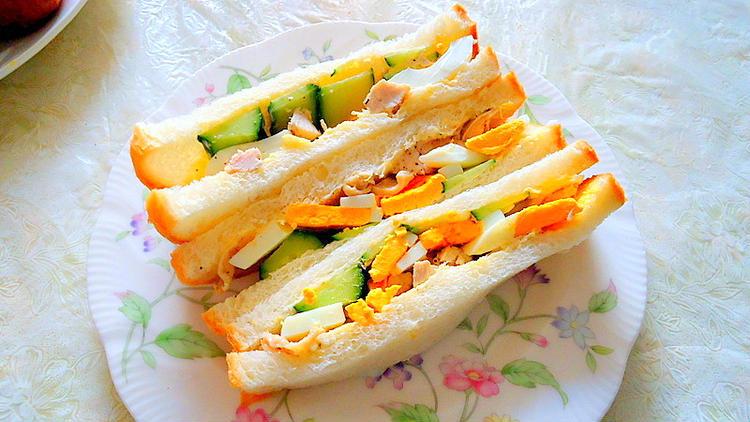 """ランチや軽食に最適 """" チキンと卵・キュウリのサンドイッチ """" byアレックスさん"""