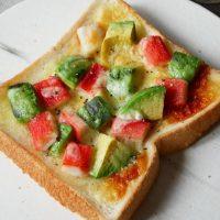 食パン+トースターで簡単!「カニカマとアボカドのトースト」レシピ