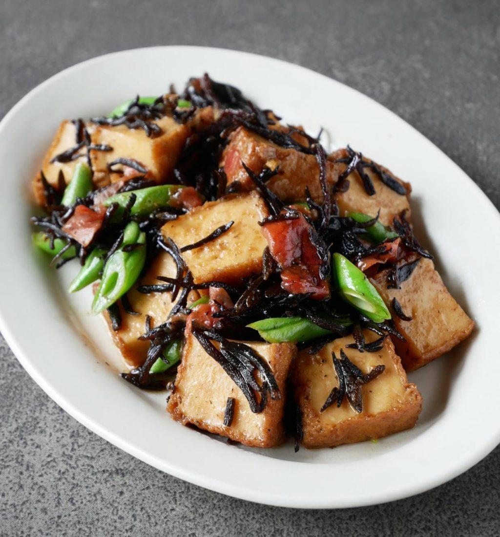 煮物の定番をアレンジ!簡単「厚揚げとひじきの梅煮」レシピ