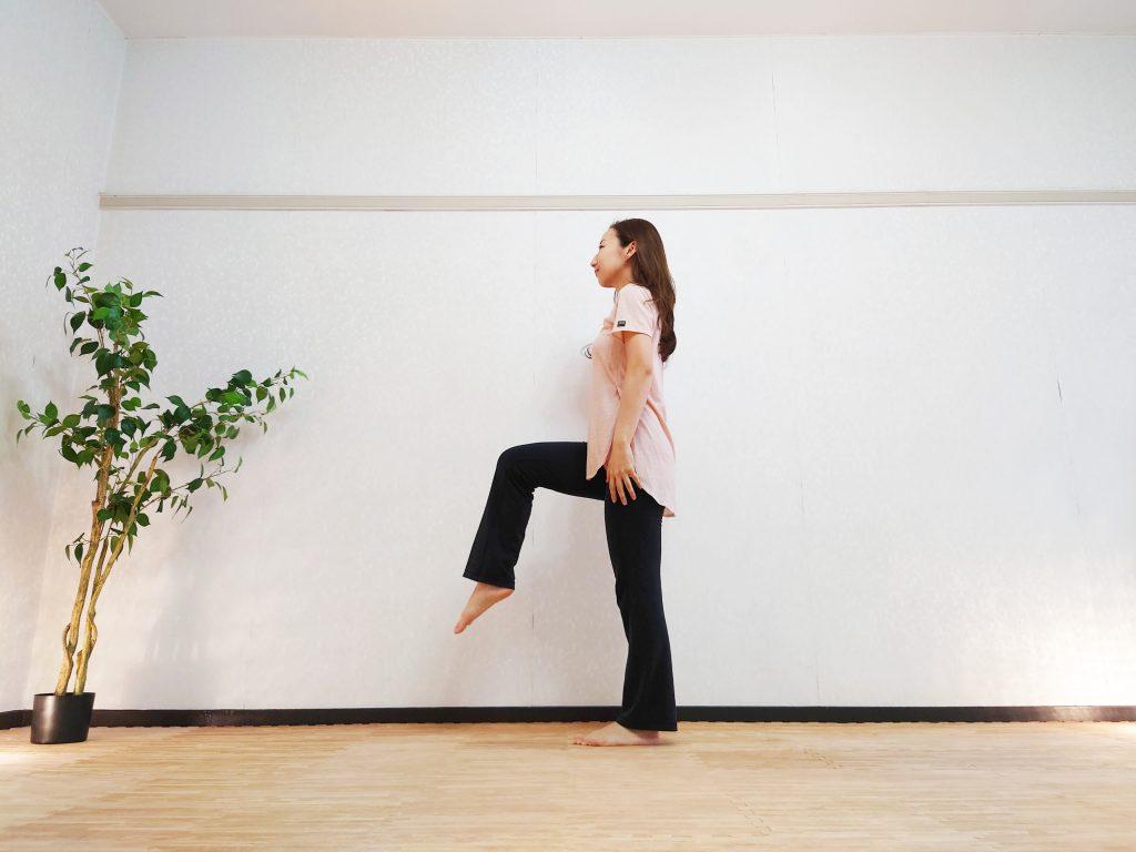 ヨガにもアンチエイジングにも最重要!立ったまま簡単♪「腸腰筋トレーニング」