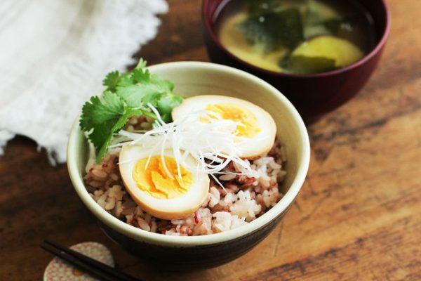 漬けるだけの簡単作り置き♪栄養たっぷり「煮卵」アレンジ朝食