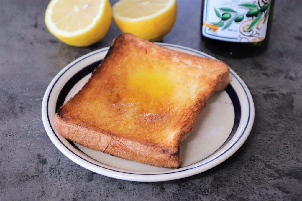 材料4つだけ!さっぱり美味♪簡単「塩レモンオリーブオイルトースト」