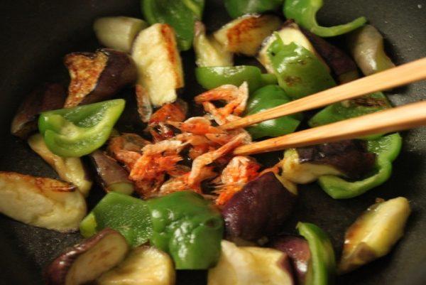 桜えびと野菜を炒める