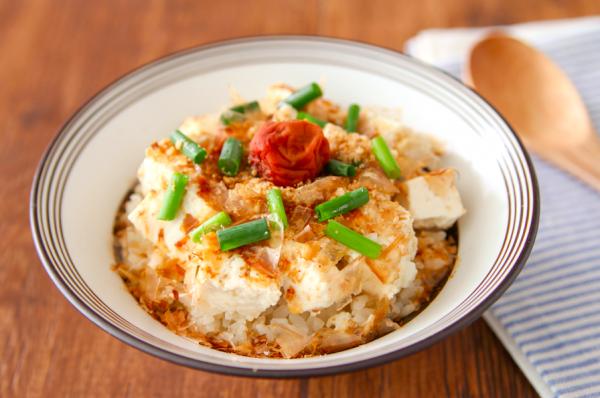 火も包丁も使わず簡単!朝5分でできる「ぶっかけ豆腐丼」