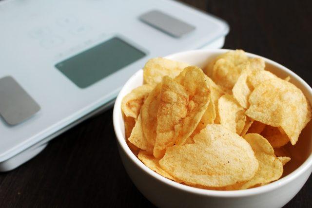 ポテトチップと体重計