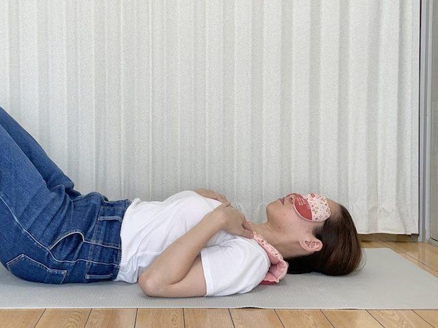 「あずきのチカラ 首肩用」と「あずきのチカラ 目元用」寝転がって使用する様子