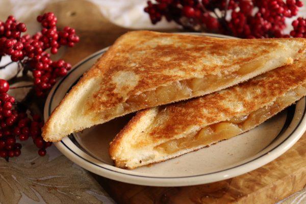 レンジ+フライパンで簡単!カリッと美味しい「アップルパイ風ホットサンド」