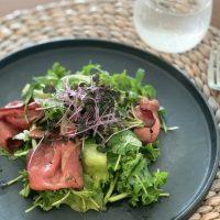ダイエット中も食べられる!市販の「ローストビーフ」で作るご馳走サラダ