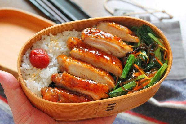朝でも作れる手軽さ♪「鶏の照り焼き」と「小松菜の塩昆布レンジ炒め」の2品弁当