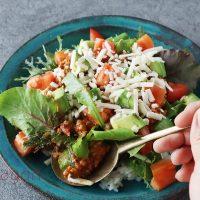 余ったミートソースを簡単リメイク!野菜たっぷり「タコライス」
